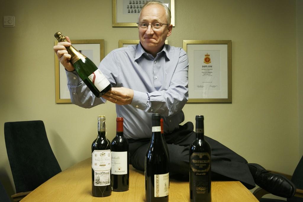Frps Gjermund Hagesæter viser frem hvor mye vin man kan ta med seg inn i landet dersom den nye tollkvoten trer i kraft.