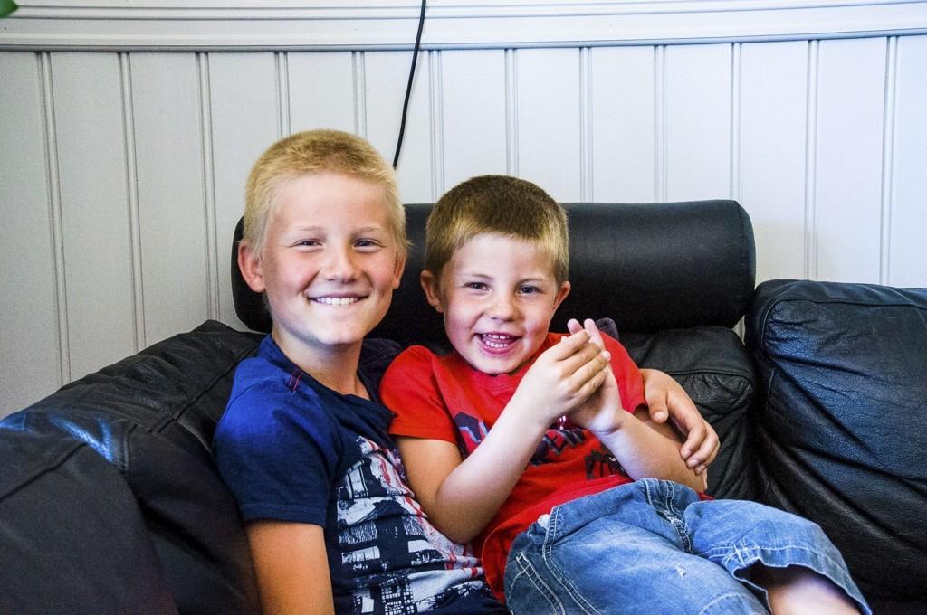 STORT SETT GODE VENNER: - Jeg liker å ha en storebror, da har jeg noen å leke med, forteller Daniel Kjølhammer Vikeby (5, til høyre) om storebror Robin (8).