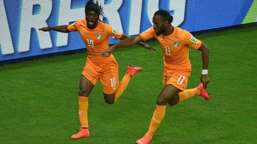 Gervinho og Didier Drogba jubler for scoring i åpningskampen mot Japan.