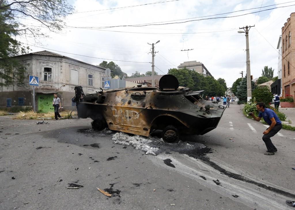 Et ødelagt pansret personellkjøretøy i den østukrainske havnebyen Mariupol. Bildet er tatt i forrige uke. Torsdag kom det meldinger om harde kamper i Krasnij Liman.