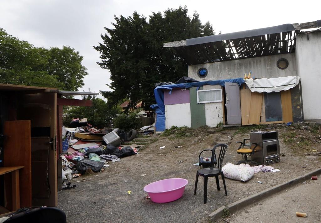 Tenåringen bodd i en romleir (bildet) ved et forlatt hus i den fattige forstaden Pierrefitte, nord for Paris. Familien hans flyktet like etter angrepet fant sted forrige uke.
