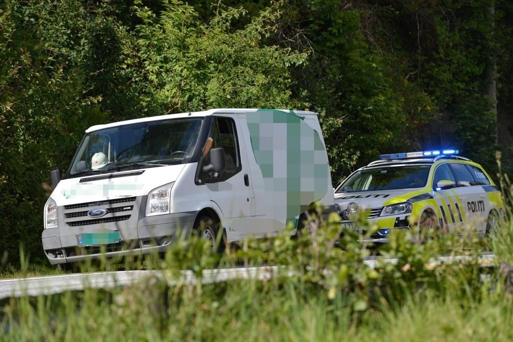 SPORET OPP: Varebilen var utstyrt med GPS-sender. Dermed kunne eieren og politiet spore opp bilen som her har blitt stoppet ved Os utenfor Bergen.