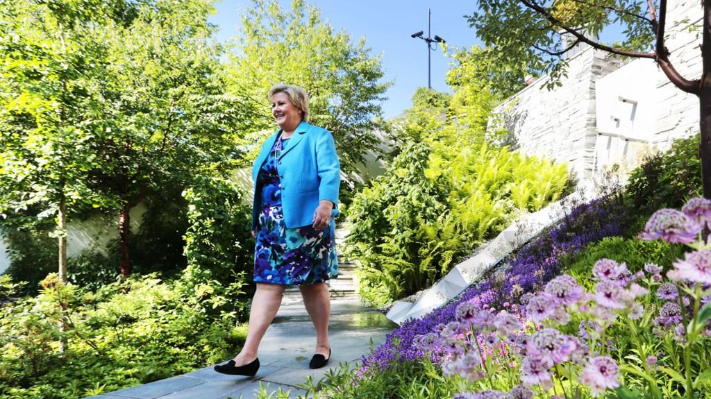 GÅR OPP I LØNN: Statsminister Erna Solberg fotografert utenfor regjeringens representasjonsanlegg i Oslo.
