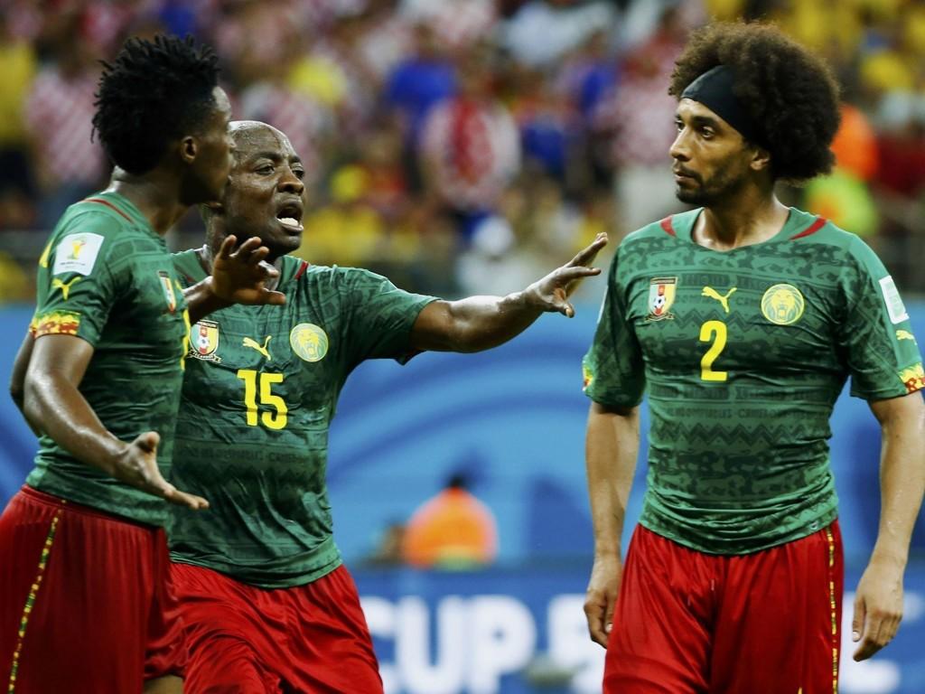 SKANDALE: Benoit Assou-Ekotto (t.h.) skallet til lagkameraten Benjamin Moukandjo. Pierre Webo (i midten) måtte roe ned lagkameratene.