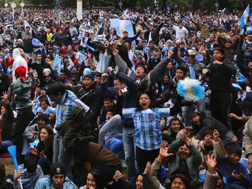 VILL GLEDE: Et stort antall mennsker med hjerte i Argentina gikk av hengslene da landslaget scoret vinnermålet på overtid. Dette illustrasjonbildet viser reaksjoner fra Buenos Aires.