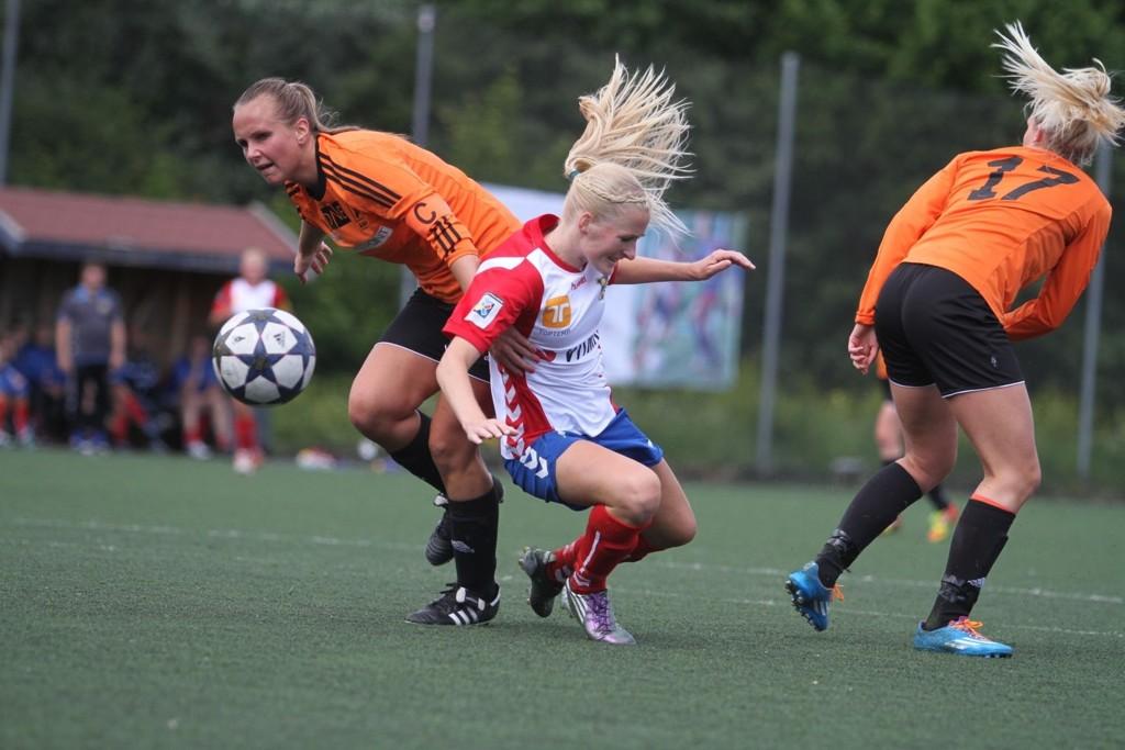 STRAFFE: Anette Heimli Jokstad blir taklet inne i boksen, og straffe til Lyn på stillingen 0-0.