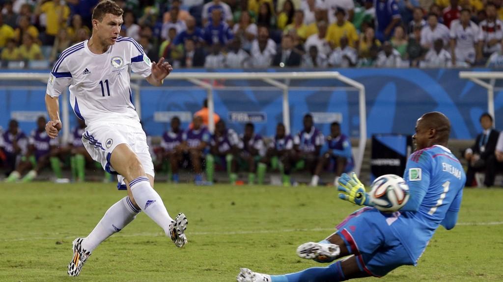 ANNULLERT: Her blir Edin Dzeko snytt for scoring på stillingen 0-0. Bosnia tapte kampen 1-0 og er ute av VM.