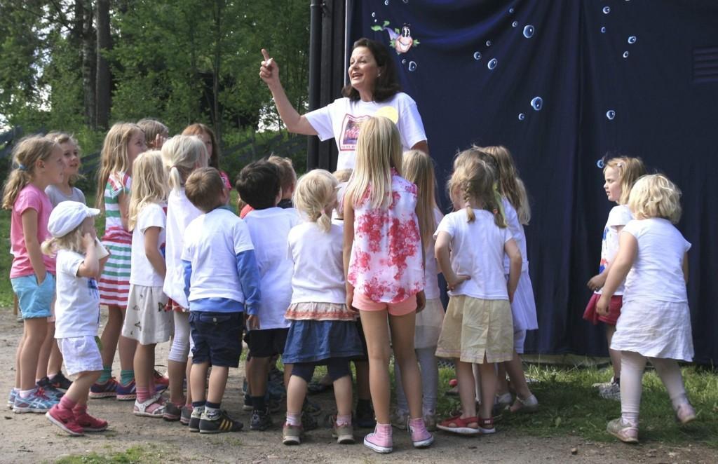 ENGASJERER: Når Turi S. Sletner har barnas oppmerksomhet, er hun i sitt ess. Her fra den store sommerfesten sist onsdag, hvor hennes 40 år som driver av barnehage også ble behørig feiret.