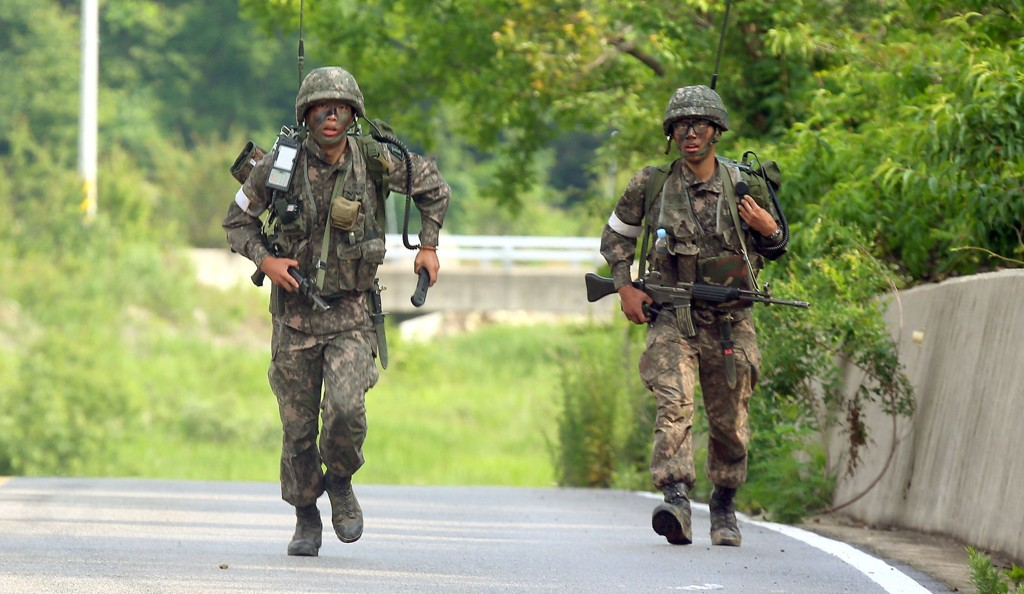 Sør-Koreanske soldater har omringet kollega som drepte fem medsoldater.