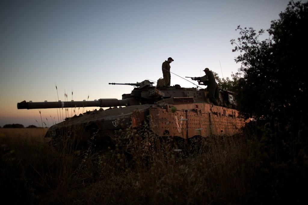 Israelske soldater med Merkav-tanks nær grnseområdet mot Syria.