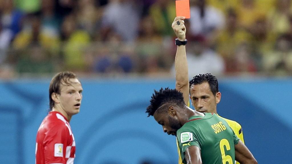 TRE KAMPER: Alex Song må sone tre kampers karantene etter utvisningen mot Kroatia i fotball-VM.
