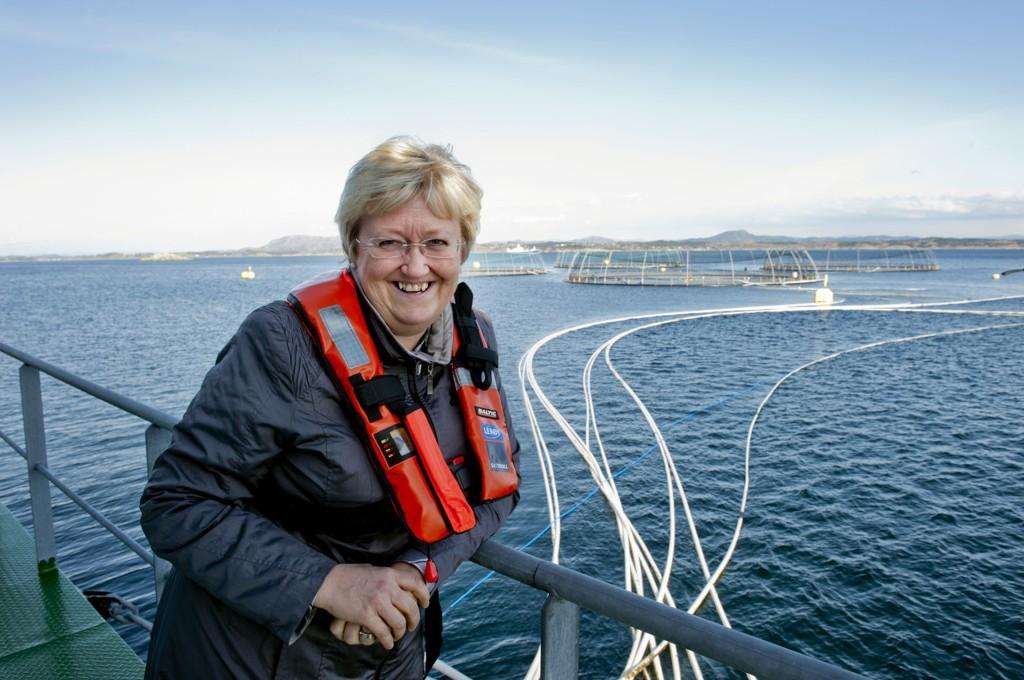 Fiskeriminister Elisabeth Aspaker under et besøk ved Lerøy Vests matfiskanlegg ved Rongøy i Øygarden.
