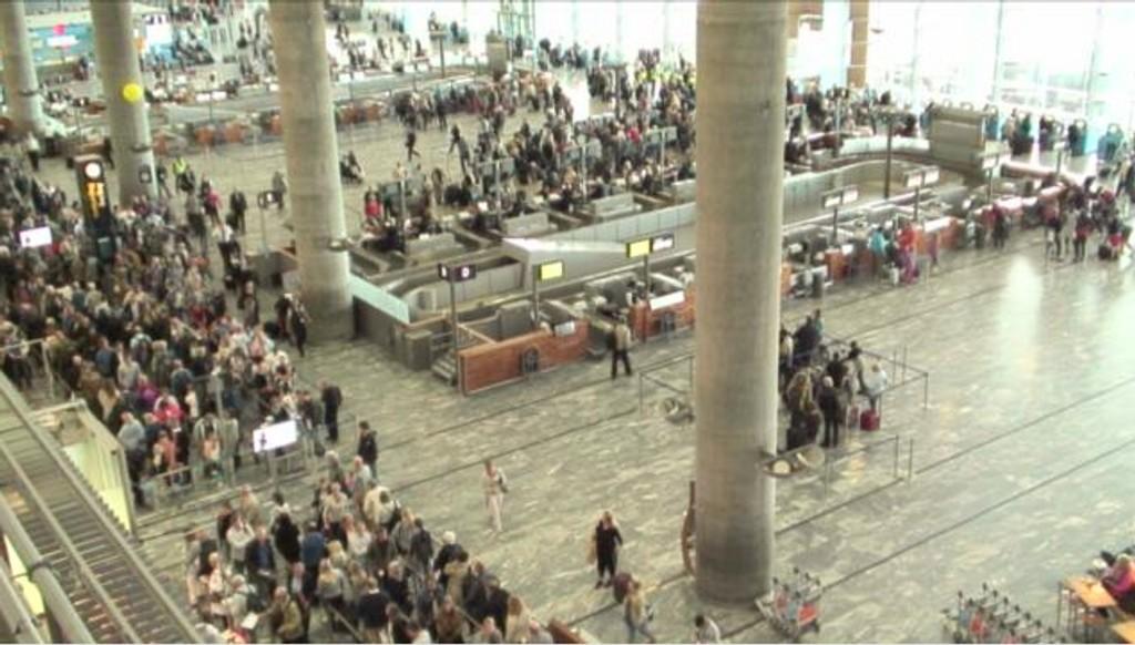 Mandag var det lange køer på Oslo Lufthavn.