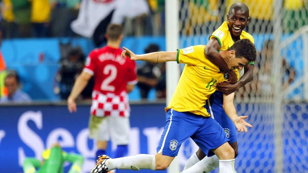 Oscar (foran) og Ramires jubler etter førstnevntes scoring mot Kroatia i åpningskampen.