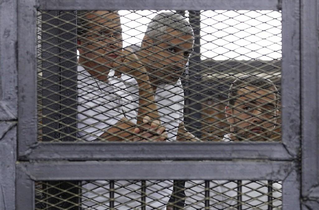 LANG STRAFF FOR JOURNALISTER: Australske Peter Greste (fra venstre), egyptisk-canadiske Mohammed Fahmy og egyptiske Baher Mohamed er i Egypt dømt til syv års fengsel, Her er de avbildet under rettsaaken 1. juni i år.