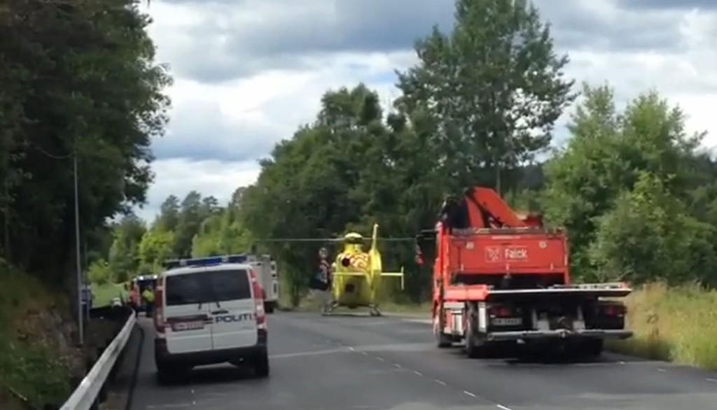 SKADD SJÅFØR TIL ULLEVÅL: Mannen som var sjåfør har skader i beinet og brystet og er fløyet med luftambulansen til Ullevål sykehus i Oslo, meldte politiet i 13.00-tiden.