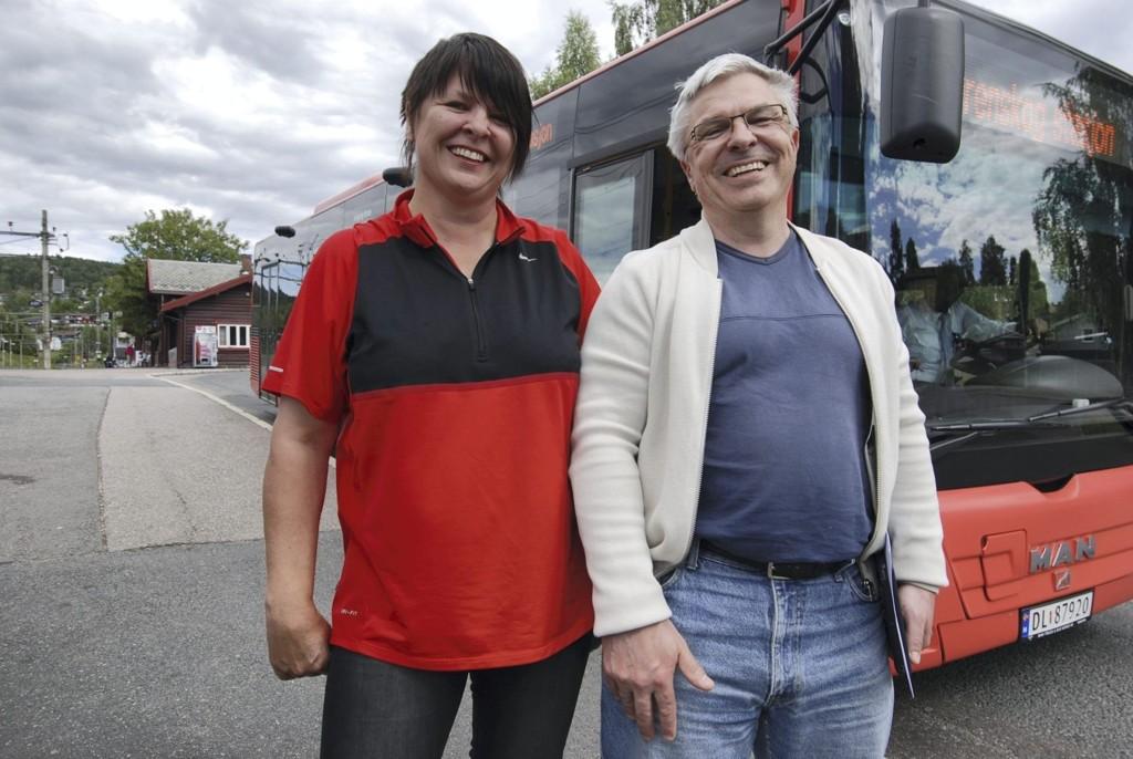 – KUNNE DEN IKKE BARE BYTTET NAVN: Med et sterkt ønske om å snart stå smilende foran nye buss 55 inntar Bente M. Larsen (Ap) og Bent Gether-Rønning (H) plassene på Kjelsås stasjon.