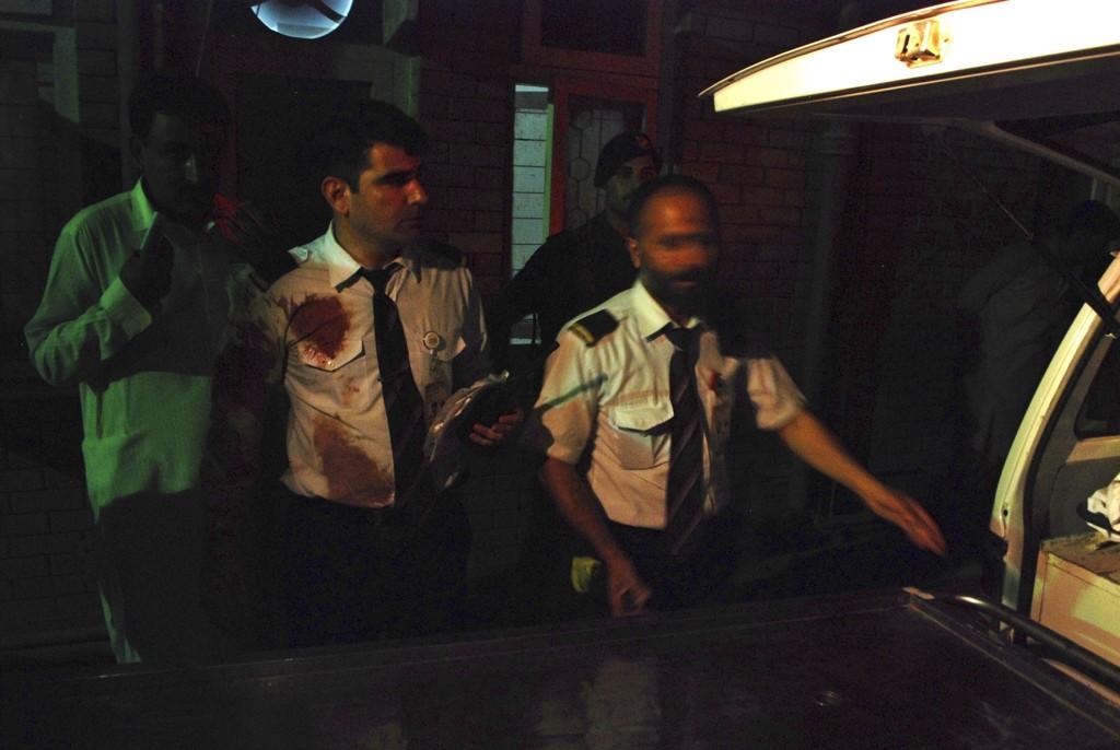 Skadede medlemmer av flyets besetning ankommer sykehuset etter skytingen.