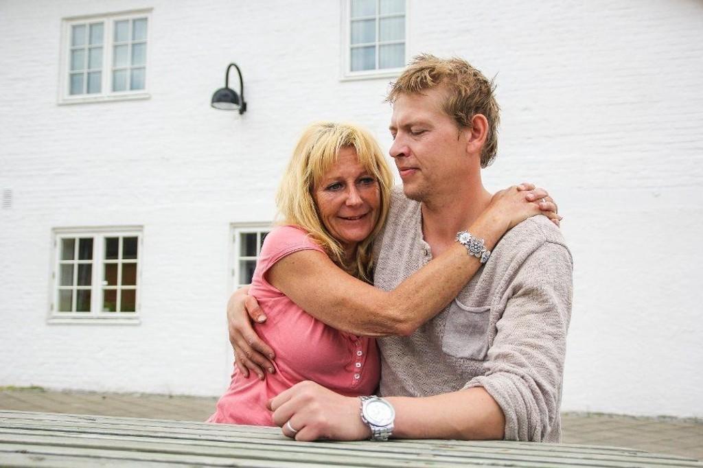 Anne Øygard og Olav Øygard Dybdahl sier de ble angrepet hver for seg av en gjeng på 2 kvinner og 7-8 menn.