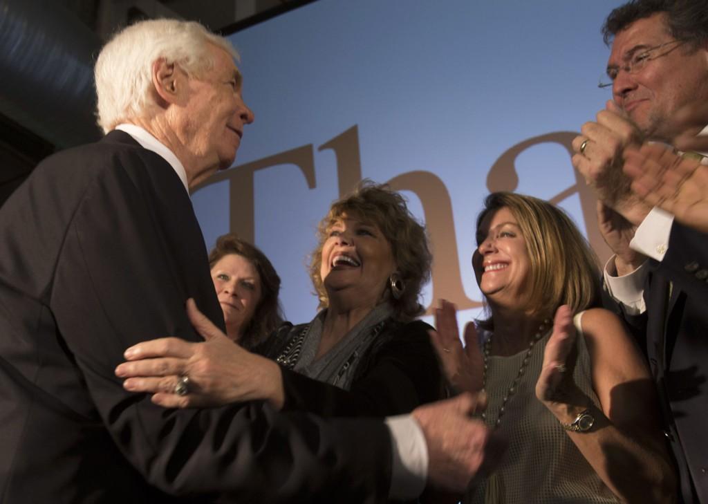 Den republikanske senatoren Thad Cochran hilser tilhengerne sine etter at han greide å stå imot en Tea Party-utfordrer og berge plassen sin i Senatet.