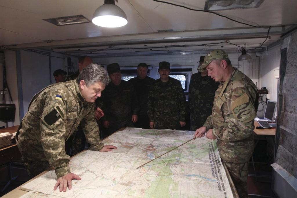 Ukrainas president Petro Porosjenko ber Russland om hjelp til sørge for at våpenhvilen i Ukraina overholdes. Bildet viser Porosjenko, angivelig under et besøk til en militærleir i Øst-Ukraina, i forrige uke.