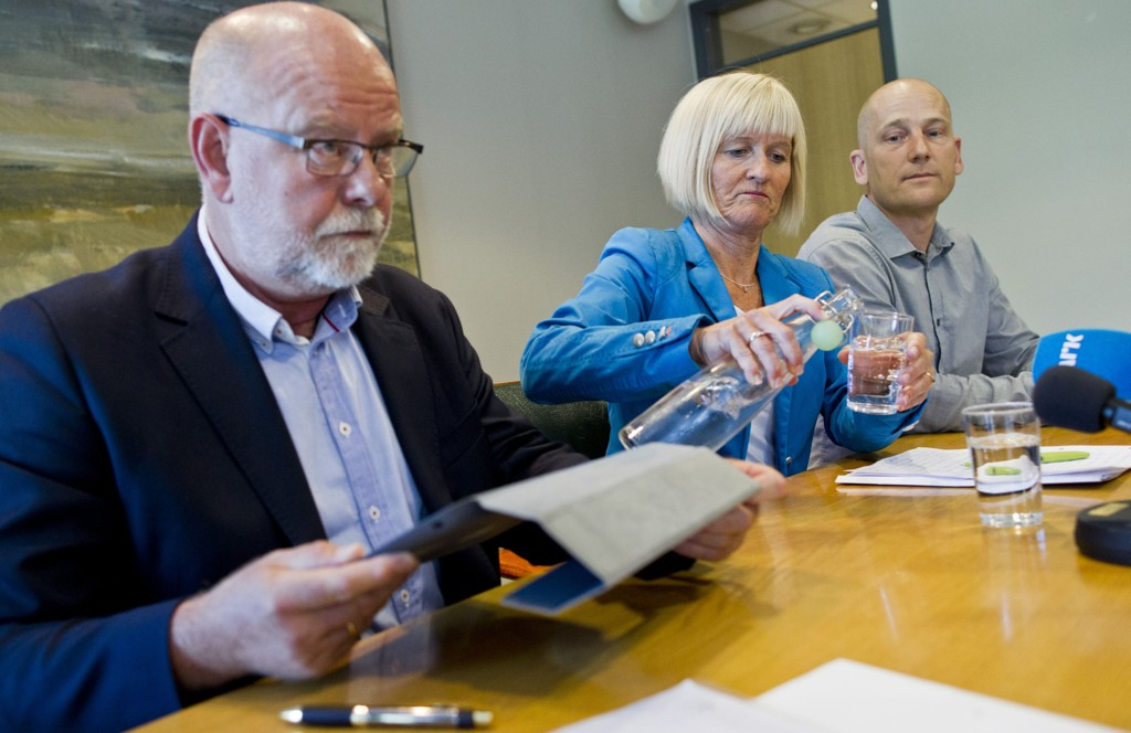 STREIK: Terje Skyvulstad (f.v.), 1. nestleder i Utdanningsforbundet, leder Ragnhild Lied og 2. nestleder Steffen Handal under en pressekonferanse i Utdanningsforbundet i Oslo onsdag formiddag, i forbindelse med at titusener av lærere tas ut i streik.