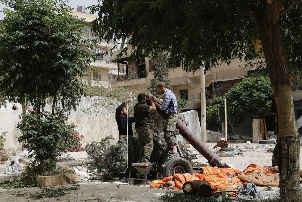 Medlemmer av Nusrafronten, den syriske fløyen av al-Qaida, gjør i stand en bombekastergranat i et nabolag i den syriske storbyen Aleppo. Etter ett år i konflikt har den ytterliggående islamistiske gruppa slått seg sammen med Den islamske staten i Irak og Levanten (ISIL).