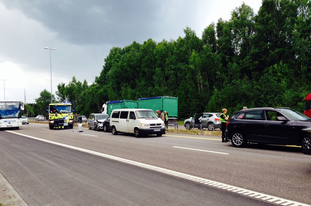 KAOS: Først kolliderte fire biler på E6 ved Frogner. Deretter kolliderte ytterligere fire biler som en følge av den første kjedekollisjonen.