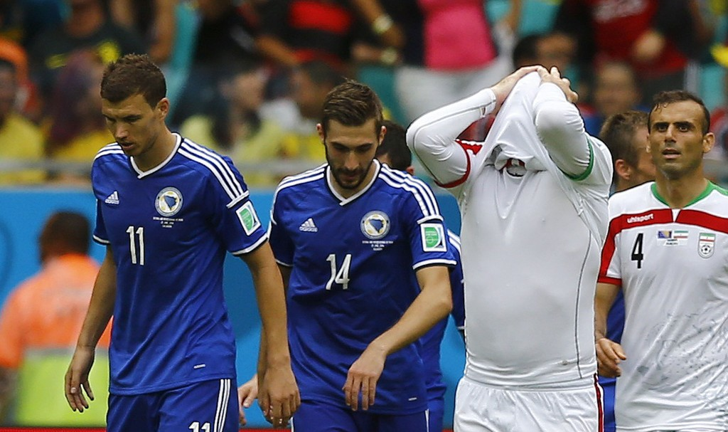 UTE: Iran-spillerne måtte fortvilet innse at det ikke ble noe VM-avansement etter at de tapte for allerede utslåtte Edin Dzeko og Bosnia-Hercegovina.