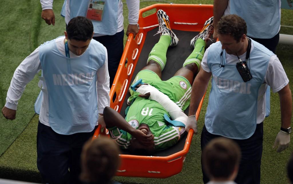 SMERTER: Michel Babatunde hadde det vondt da han ble båret av banen.