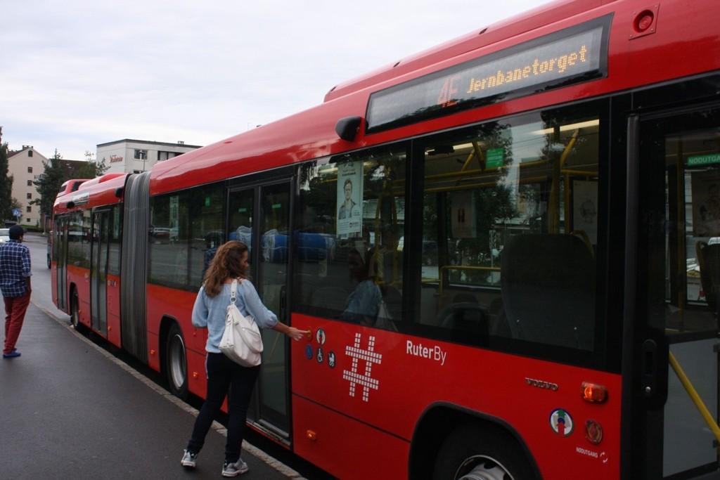 Skal du reise til - eller i - Oslo sentrum i tidsrommet 13-15.30 lørdag, anbefaler Ruter at du benytter t-banen. Trikker og busser må nemlig vike for Europride-paraden.