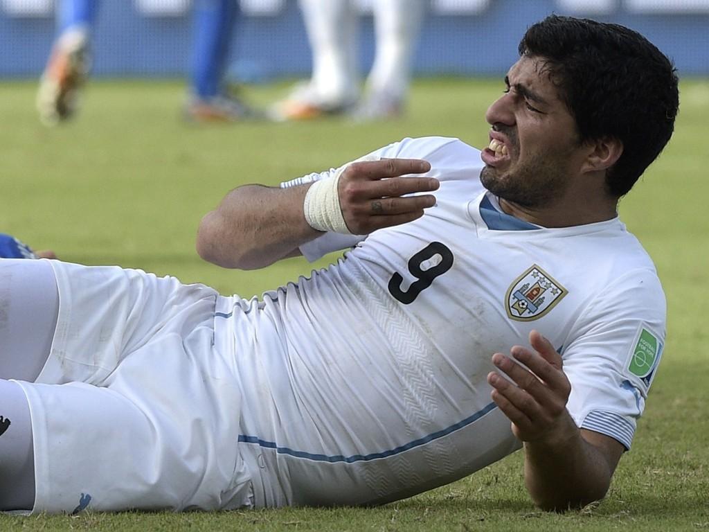 INGEN STØTTE FRA TIDLIGERE LAGKAMERAT: Jamie Carragher gir Luis Suarez det glatte lag og mener han burde bli solgt.