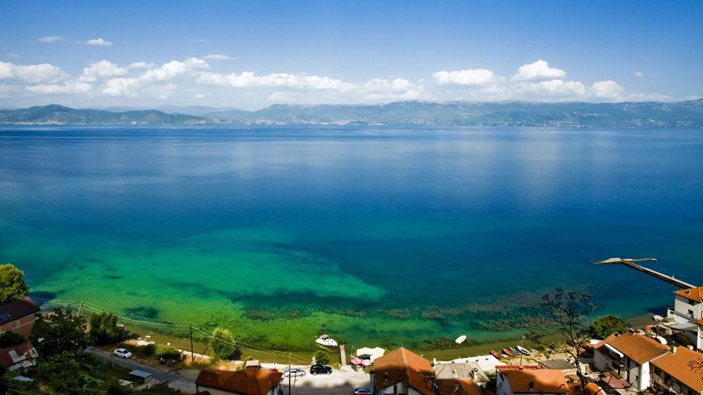 Bildet viser Ohrid Lake i Makedonia. Et land med svært lave priser.