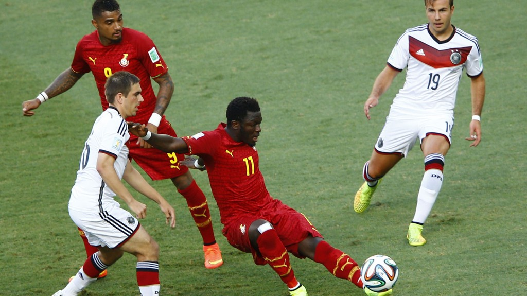 SENDES HJEM: Kevin-Prince Boateng t.v. og Sulley Muntari (med ball) sendes hjem på grunna av internt bråk.