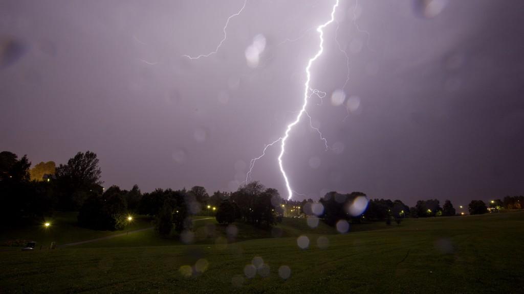 TORDENVÆR: Det tordner allerede på mange steder på Østlandet. Bildet er tatt i Oslo ved en tidligere anledning. Foto Stian Lysberg Solum / SCANPIX