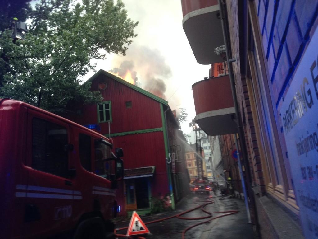 OVERTENT: Flere nabobygg ble evakuert på grunn av fare for spredning. Foto: Tommy Brakstad (Nettavisen)