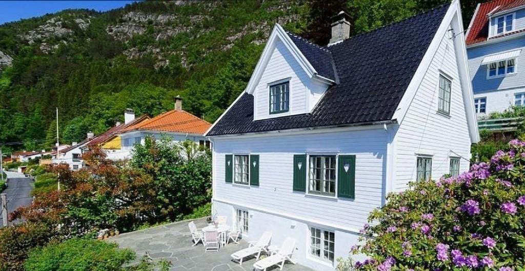 OVER TAKST: Dette huset i Sandvikslien ble solgt før visning tidligere denne måneden da en småbarnsfamilie bydde 8,75 millioner kroner for huset som hadde en prisantydning på 6,85 og en takst på syv millioner kroner. Foto: Privatmegleren