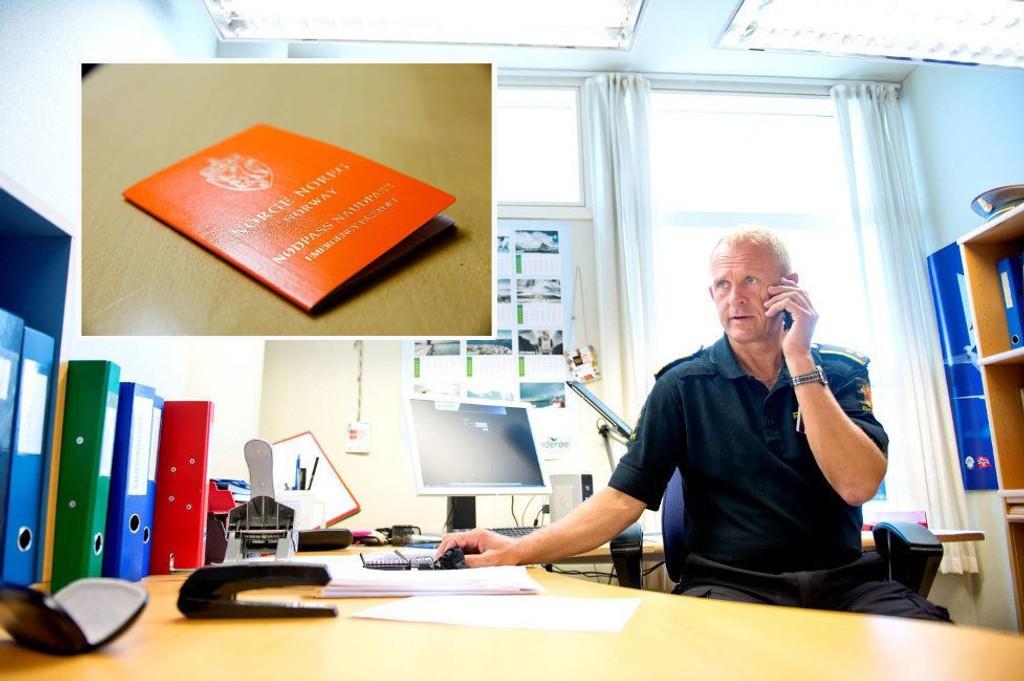 NØDPASS: Telefonen står ikke stille på Trond Berges kontor. Han er seksjonsleder og politioverbetjent ved politiets lufthavnseksjon på Flesland. Foto: Skjalg Ekeland(Bergensavisen) og Anders Helgerud