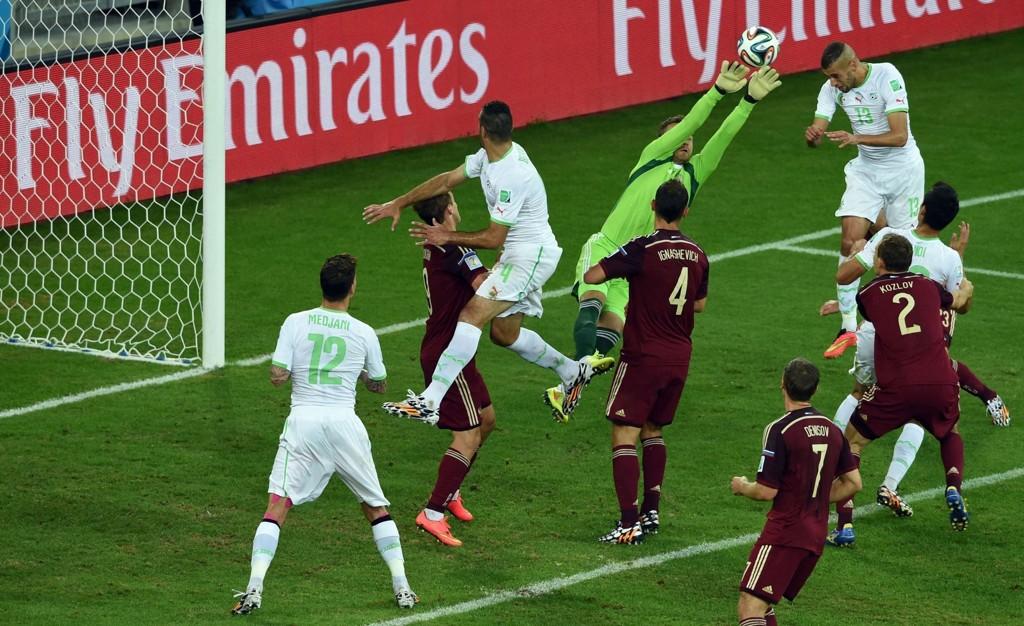 TABBE: Her tabber Igor Akinfeev seg ut, og Algeries Islam Slimani kan enkelt heade inn utlikningsmålet.
