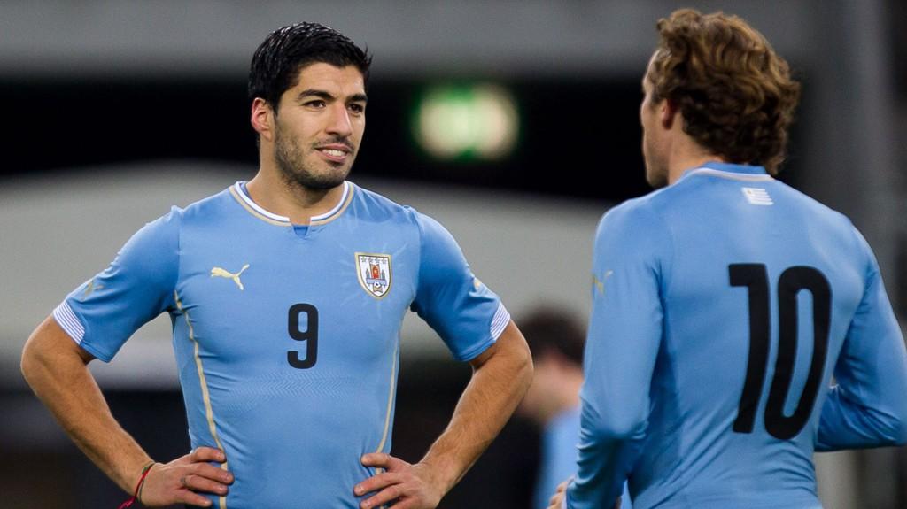 Diego Forlan (til høyre) erstatter trolig Luis Suarez i kampen mot Colombia etter sistnevntes skandale-sorti fra VM. Det svekker Uruguays vinnersjanser.