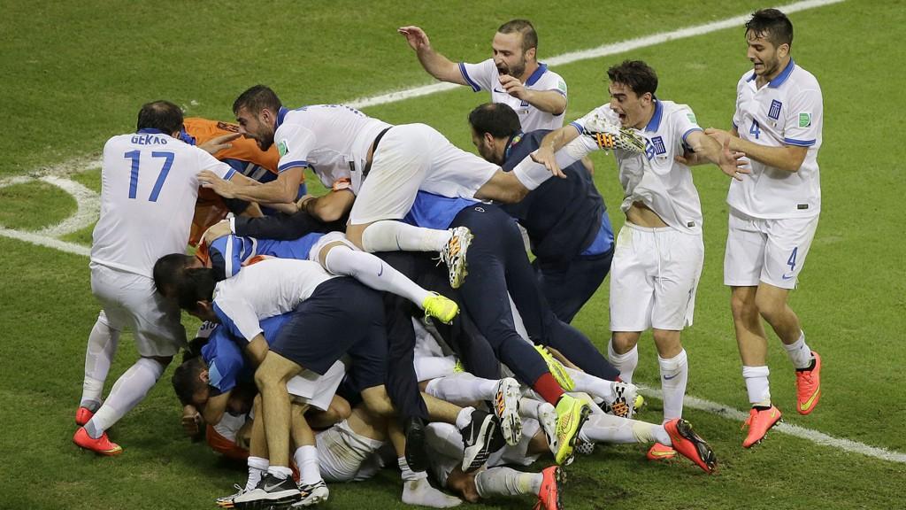 Det var ville jubelscener da Hellas scoret det avgjørende 2-1-målet mot Elfenbenskysten i den siste gruppespillkampen.