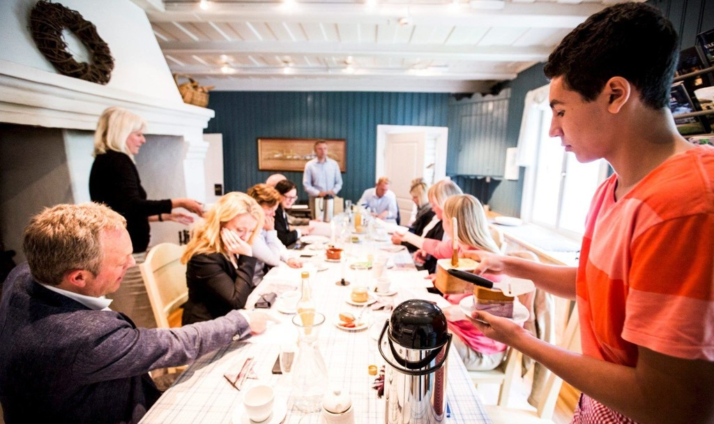 SERVITØR: Nourdine Ben Mohamed Sahli serverer byrådene og resten av følget under lunsjmøtet på Abildsø gård mandag. Foto: Halvor Solhjem Njerve