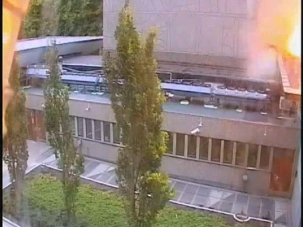 DET FØRSTE ANGREPET: Bilde hentet fra video fra overvåkingskamera viser øyeblikket der bomben går av i regjeringskvartalet 22. juli.