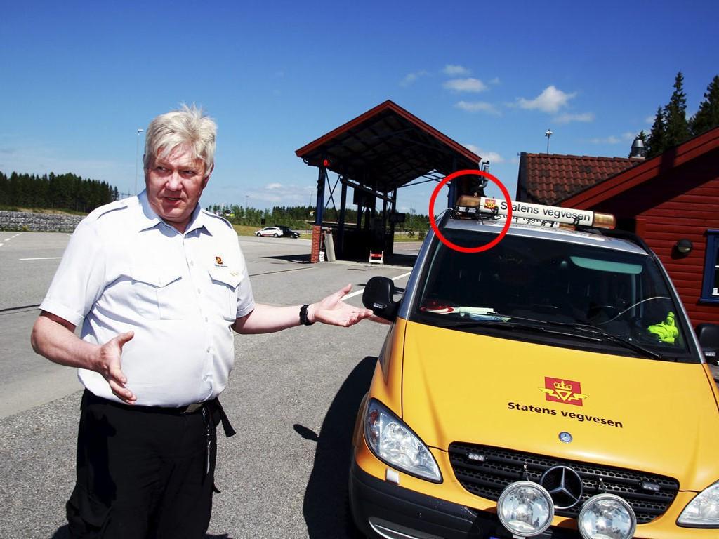 TRAFIKKJEGEREN: Inspektør Bjørn Hilmar Knudsen i veivesenet er opptatt av trafikksikkerhet. Nå har veivesenet fått nytt superkamera på taket.