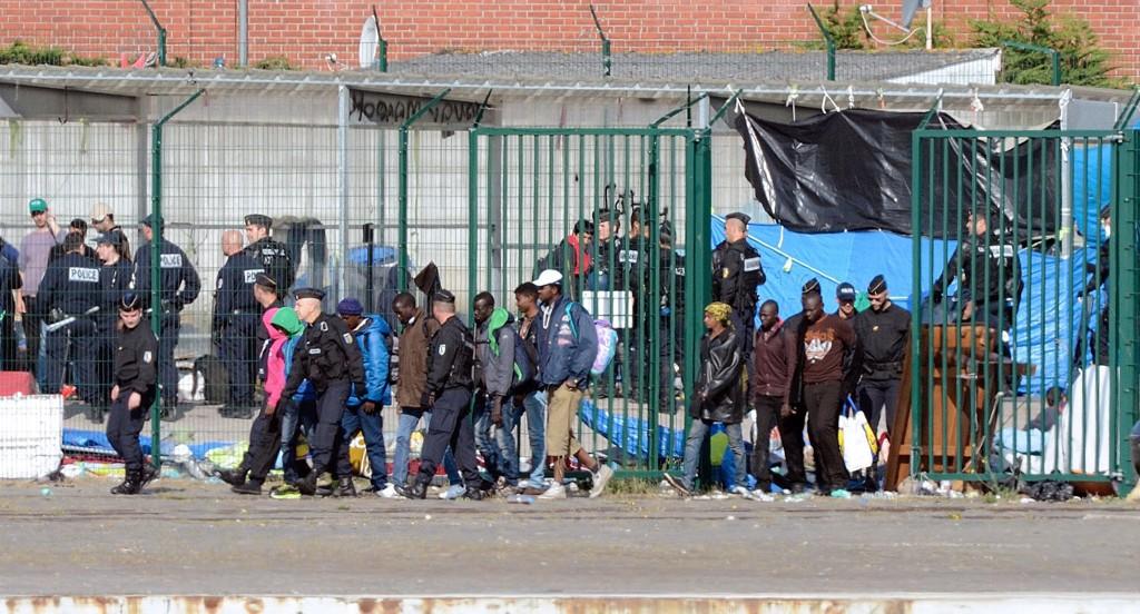Flere hundre innvandrere ble onsdag pågepet av fransk politi ved et matutdelingssenter i kanalbyen Calais. Migrantene hadde søkt tilflukt ved senteret etter at politiet rev flere provisoriske leire i den franske havnebyen i mai.