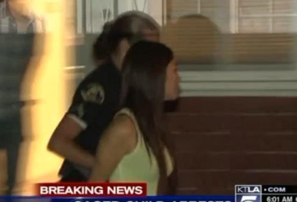 Videoen viser en kvinne som blir ført bort etter avsløringen.