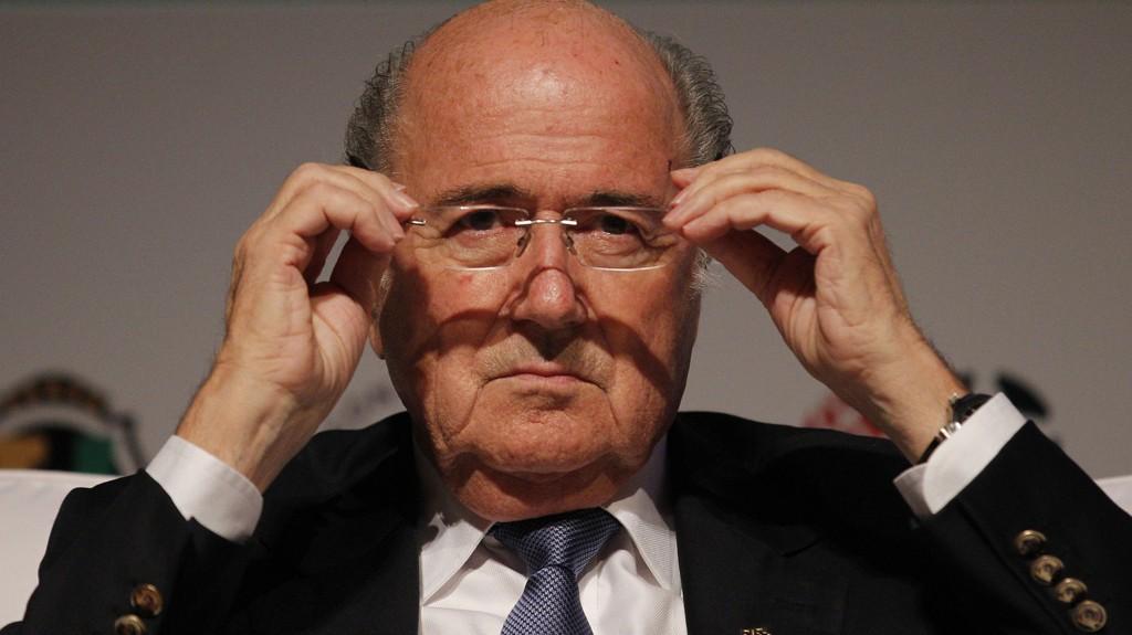 ROSER SUAREZ: Sepp Blatter roser spissen.