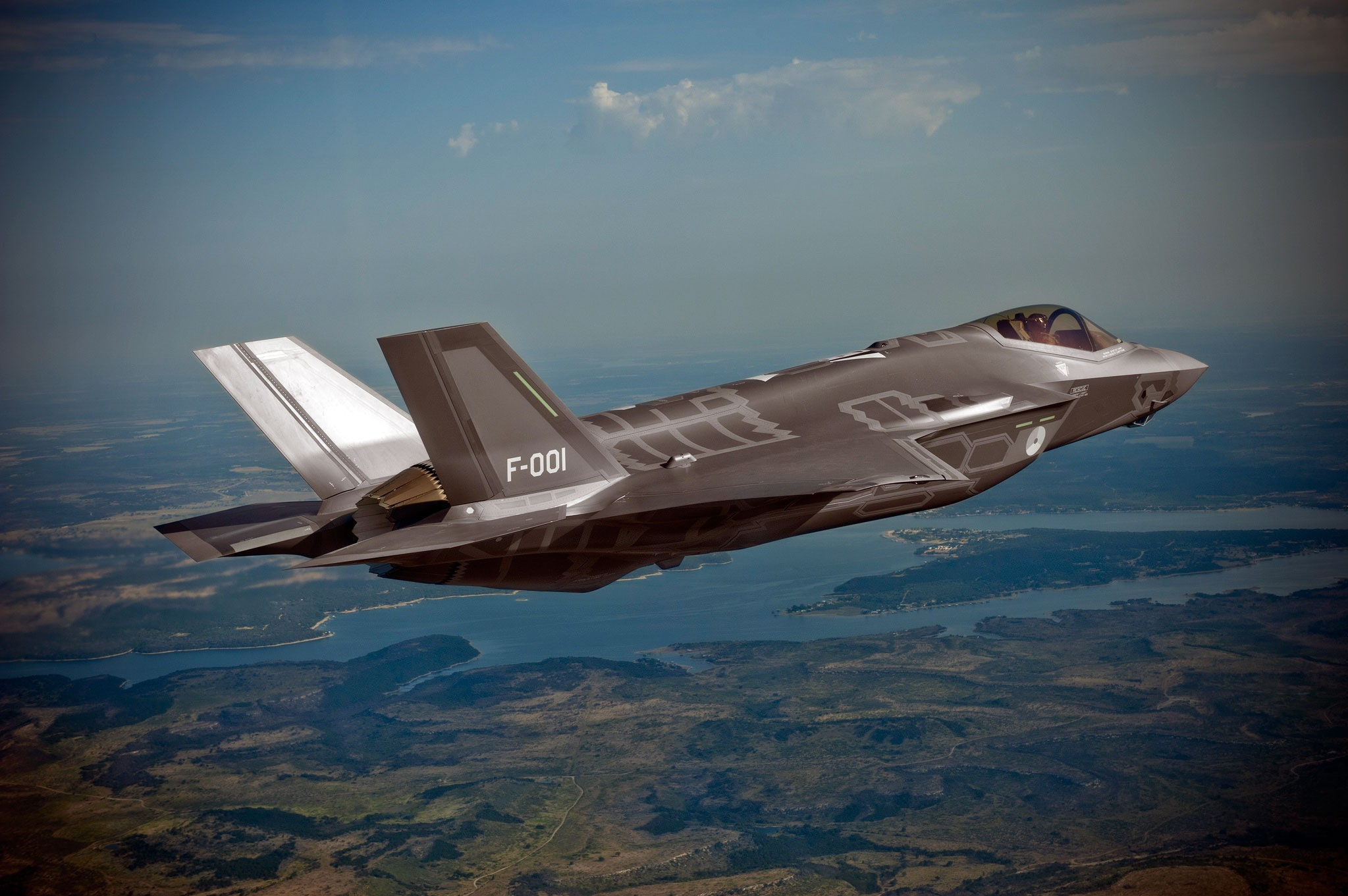 PÅ VEI TIL NORGE: Norge skal anskaffe seg 52 kampfly av F-35-typen som er avbildet over. Samlet skal prisen bli 64 milliarder kroner. Akkurat dette flyet er det første som ble levert til det nederlandske forsvaret.