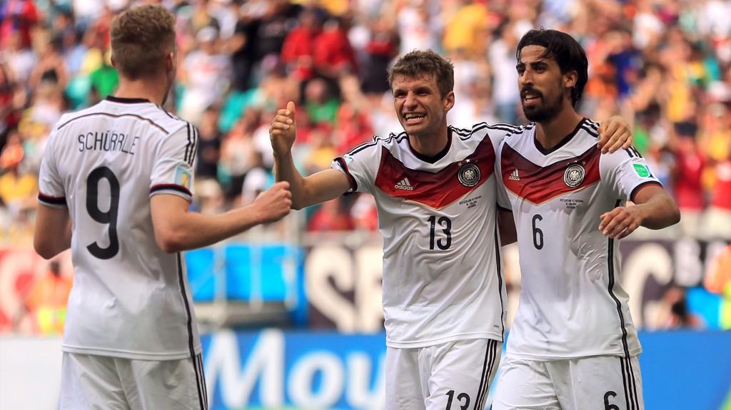 PÅ TOPPSCORER-JAKT: Thomas Müller (i midten) har banket inn fire mål for Tyskland så langt i VM og trenger minst to scoringer til for å bli mesterskapets toppscorer.