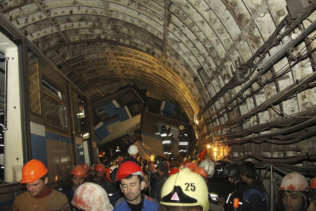 Hjelpemannskaper jobber med å redde skadde ut av T-banen i Moskva etter avsporingen tirsdag.
